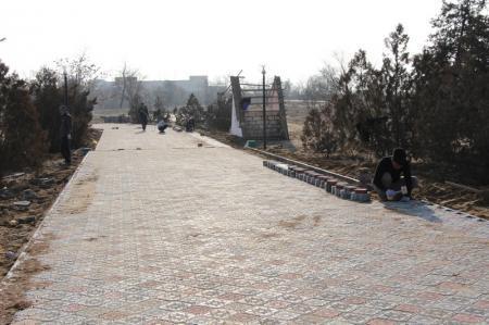 В Акботе начали укладывать тротуарную плитку