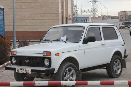 Сотрудники прокуратуры Актау раздают жителям города листовки, призывающие оплатить административные штрафы