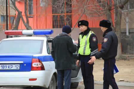 В Актау водитель автомобиля «Мазда-6» протаранил ограждение офиса «Элит Альянс»