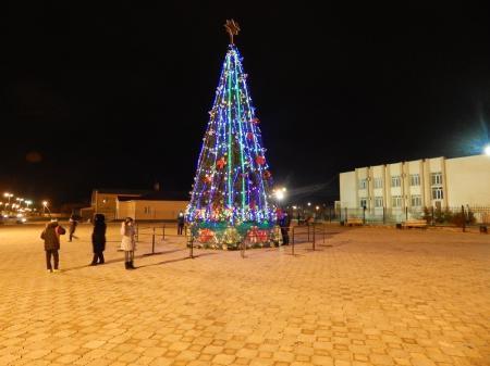 В поселке Мангистау построили площадь и установили 11-метровую елку
