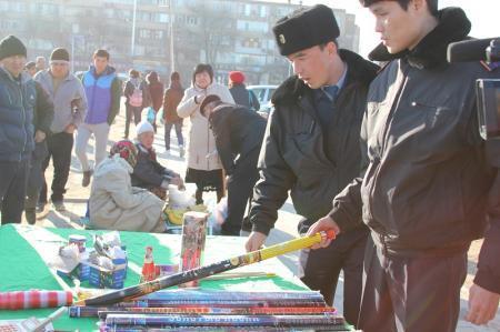 В Актау полицейские оштрафовали торговцев, реализовывавших пиротехнику с нарушениями