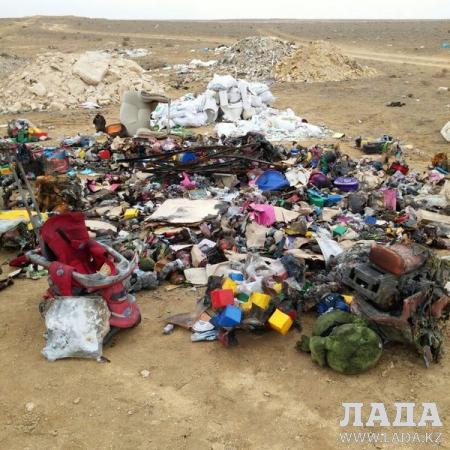 В Актау началось расследование по факту свалки обгоревших детских игрушек в 32 микрорайоне