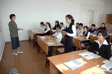 СМИ: Школы в Атырау обязали уволить пожилых педагогов