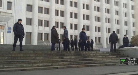 Запершийся в здании акимата Алматы мужчина сдался полиции