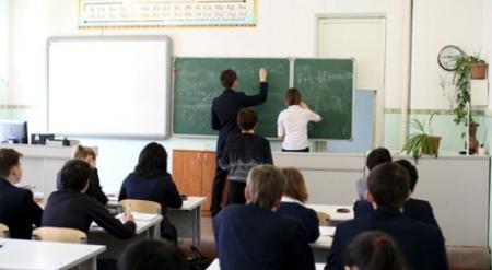 Введение 12-летки в школах необходимо приостановить - депутат