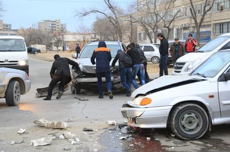 В Актау столкнулись автомобили «Лексус» и «Лада Самара»