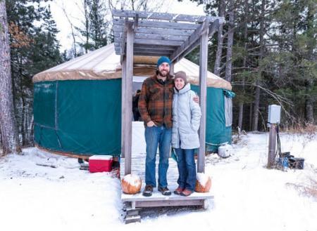 Американская пара полтора года живет в казахской юрте