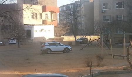 Полицейская машина на детской площадке
