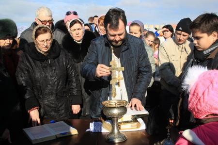 Православные христиане Актау отметили Крещение Господне, окунаясь в воды Каспия