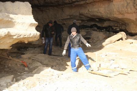 Неизвестные люди начали расчищать пещеру на набережной 4 микрорайона