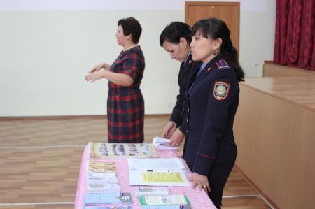 Полицейские учили актауских детей с ограниченными возможностями правильно переходить дорогу