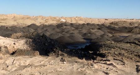 Рядом с жилыми домами поселка Жетыбай сливают отходы нефти