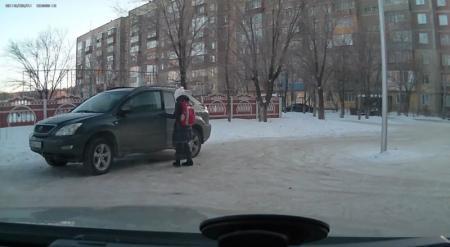 Юную школьницу засняли за рулем Lexus в Караганде