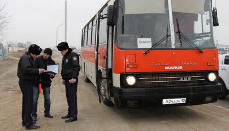 Актауские полицейские проводят разъяснительную работу с водителями автобусов