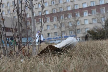 Сквер возле поликлиники опять завалили мусором