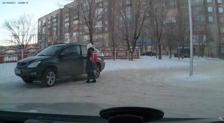 Школьницу на автомобиле Lexus и ее мать привлекли к ответственности