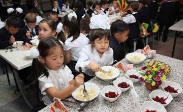 В казахстанских школах не отменят бесплатное детское питание