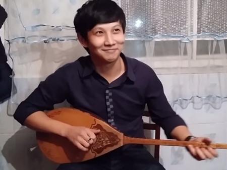 Казахстанец покорил Интернет исполнением песни Eminem на домбре