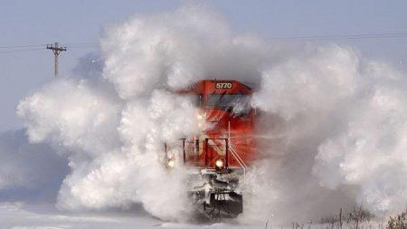 Поезд, взрывающий снег, стал хитом YouTube