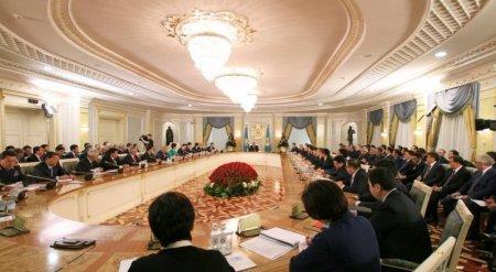 Назарбаев попросил нацкомпании поддержать тенге