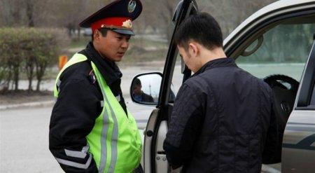 Казахстанцев начали штрафовать за выход из авто после остановки дорожным полицейским
