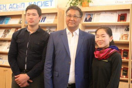 В областной библиотеке школьники и студенты встретились с мангистауским писателем Рахатом Косбармаком