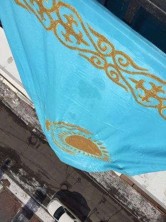 Жителя Астаны оштрафовали почти на 400 тысяч тенге за вывешенный на балконе флаг РК