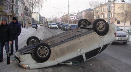 ДТП в Усть-Каменогорске: Авто взлетело на два метра вверх из-за открытого люка