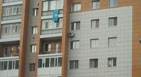 Житель Астаны оспорит штраф почти в 400 тысяч тенге за вывешенный на балконе флаг