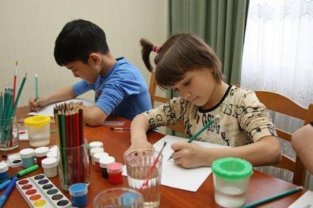 Воспитанники Мангистауской детской деревни рассказали психологам о своих страхах и мечтах через игры с песком