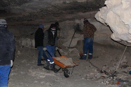 Независимые эксперты: В пещере на скалах 4 микрорайона Актау находиться опасно