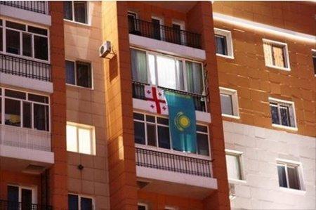 Жителю Астаны отменили штраф за вывешенный флаг