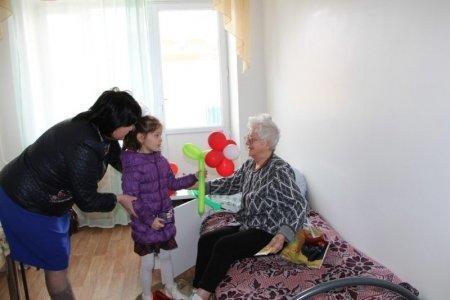 Фонд «Адал» поздравил женщин из актауского Дома престарелых