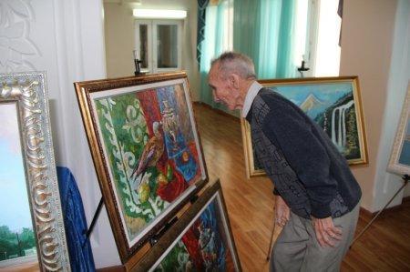 Художники Мангистау в честь праздника Амал подарили картины постояльцам дома престарелых