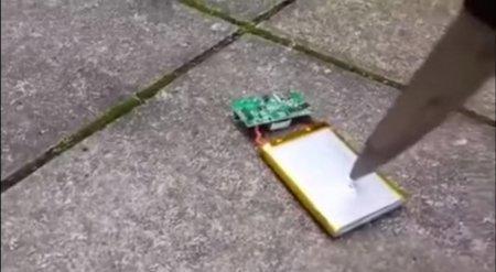 Опасный эксперимент с батареей смартфона стал хитом YouTube