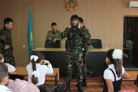 Курсанты технического института провели экскурсию по пожарной части для актауских школьников