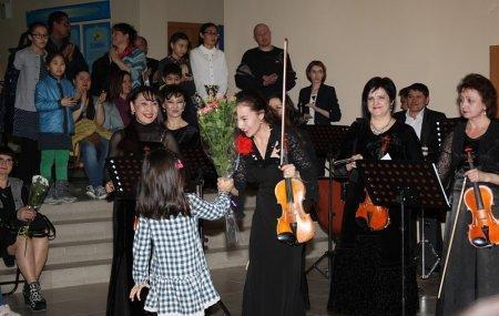 Музыканты Мангистауского симфонического оркестра выступили в холле из-за накладки с концертным залом