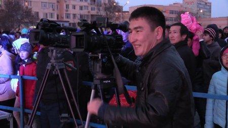 Праздничный концерт на набережной завершился выступлением казахстанского дуэта «Жанболат пен Жазира»