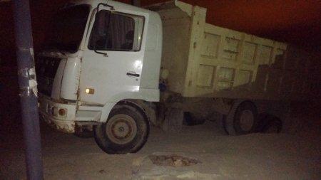 В поселке Приморский грузовик провалился в канализационный колодец