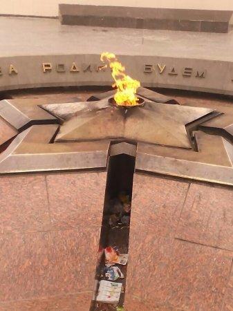 Вечный Огонь - в мусоре и плевках