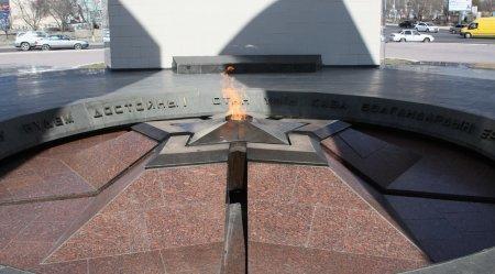 В Актау на мемориале «Вечный огонь» убрали мусор