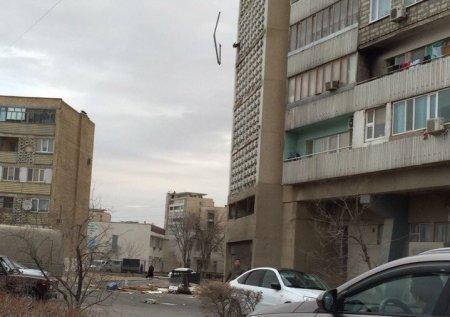 Жители Актау продолжают выбрасывать мусор с галерей многоэтажных домов