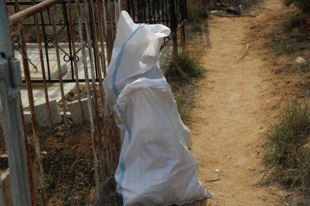 Анна Пронина: Городское кладбище в Актау завалено строительным  мусором