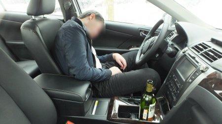 Пьяный алматинец совершил три ДТП и уснул за рулем, загнав машину в арык