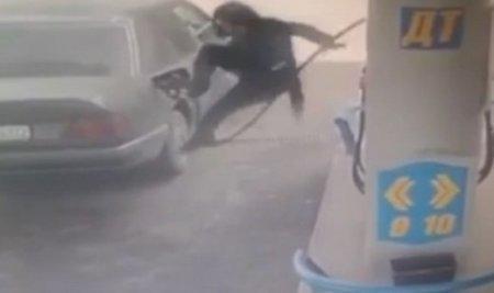 В Казахстане заправщик на АЗС совершил акробатический трюк со шлангом