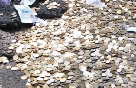 В Приморье автолюбители засыпали дорожную яму деньгами