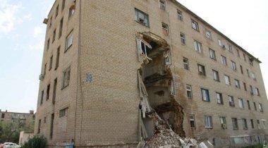 Часть пятиэтажного общежития обвалилась в Атырау