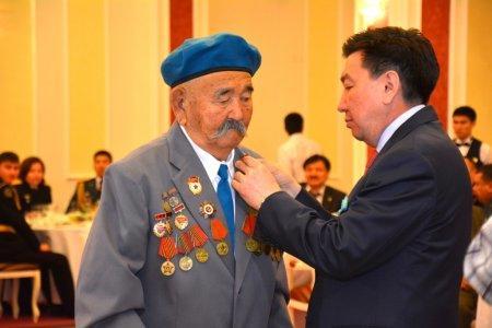 Аким Мангистауской области вручил награды ветеранам и военнослужащим