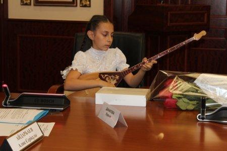 Аким Мангистауской области подарил пятикласснице Карине Даниловой iPad