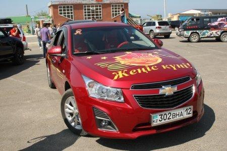 Цифру «70» из автомобилей выстроили в Актау